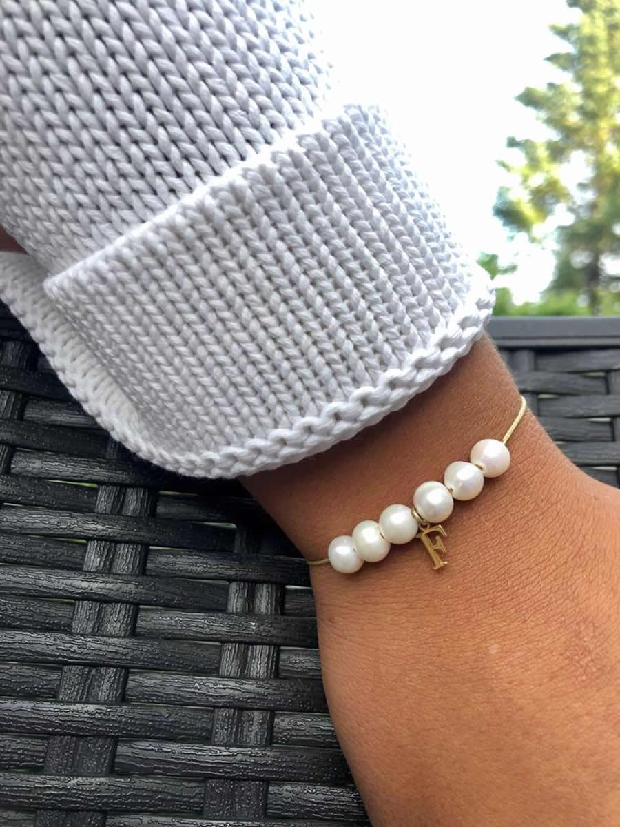 Pulsera perlas personalizada con tu inical en plata chapada dorada